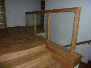 Schody z szklaną balustradą